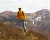 Wędrowiec na Bukowym Berdzie w tle z Kopą Bukowską i Krzemieniem - wszystkie góry w Bieszczadzkim Parku Narodowym podczas wycieczki jednodniowej.