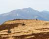 Połonina Caryńska na pierwszym planie, a Połonina Wetlińska na drugim planie, podziwiane ze szlaku prowadzącego przez Bukowe Berdo - z Tarnicy w stronę Widełek lub Mucznego.