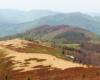 Zdjęcie z Bukowego Berda w stronę Dwernik Kamień i innych gór wokół Nasicznego, Dwernika, Wetliny, Zatwarnicy - zdjęcie wykonaliśmy 10 maja podczas wycieczki jednodniowej po Bieszczadach.