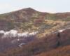 Resztki śniegu na północnych zboczach Kopy Bukowskiej w Bieszczadzkim Parku Narodowym - widok ze szlaku prowadzącego od strony Mucznego.