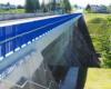 Zapora wodna w Sieniawie widziana ze wschodniej strony rzeki Wisłok - koroną zapory tworzącej Jezioro Sieniawskie jest droga publiczna.