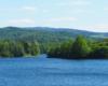 Zdjęcie ze zbliżeniem na Jezioro Sieniawskie w stronę Rudawki Rymanowskiej, Puław i Wisłoczka, skąd płynie rzeka Wisłok tworząca zalew Sieniawski.