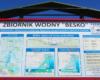 Tablica z najważniejszymi informacjami dotyczącymi zapory wodnej i Jeziora Sieniawskiego, która stoi po zachodniej stronie brzegu rzeki Wisłok, tuż obok zapory.