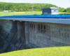 To zdjęcie zapory wodnej w Sieniawie wykonaliśmy stojąc obok tablicy informacyjnej z najważniejszymi wymiarami i funkcjami zapory oraz Jeziora Sieniawskiego.