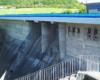Schody wybudowane na stromym brzegu rzeki Wisłok obok korony zapory wodnej w Sieniawie aż zachęcają do zejścia na dół, ale ogrodzenie i bramka wejściowa są zamknięte...