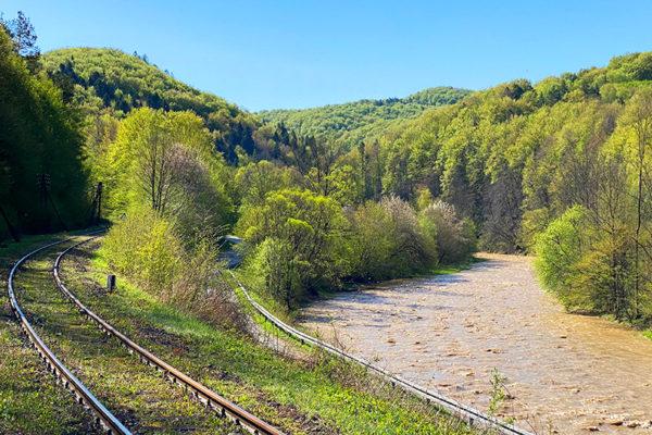 Rzeka Osława między Mokrem, a Wysoczanami - granica turystyczna między Bieszczadami, a Beskidem Niskim.