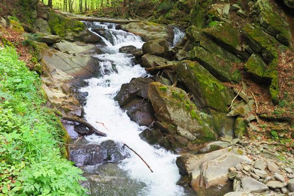Wodospad Szepit na Potoku Hylatym w Bieszczadach na zboczach Połoniny Wetlińskiej na granicy Bieszczadzkiego Parku Narodowego.