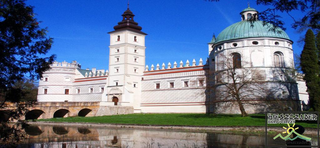 Zamek w Krasiczynie, który zwiedzamy podczas wycieczki jednodniowej PRZEMYŚL ze Szwejkiem dla turystów nocujących w Bieszczadach i Beskidzie Niskim.