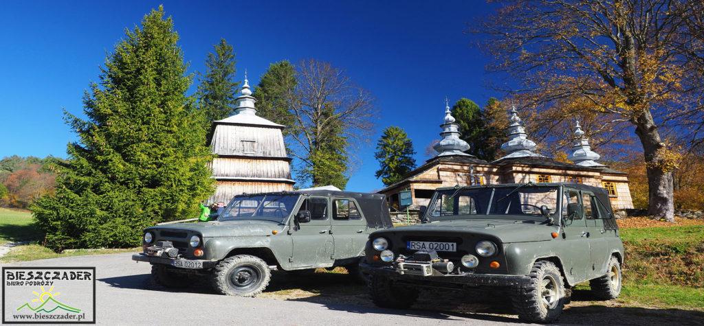 Samochody UAZ przy drewnianej cerkwi w Rzepedzi - to wyjątkowa wyprawa samochodami terenowymi 4x4 po pograniczu Bieszczad i Beskidu Niskiego w towarzystwie opowiadającego przewodnika.