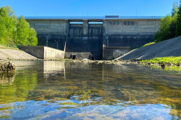 Zapora wodna w Sieniawie koło Rymanowa w Beskidzie Niskim tworząca Jezioro Sieniawskie