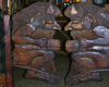Drzwi kowbojskie w barze Siekierezada w Cisnej z postaciami diabłów bieszczadzkich pijących piwo - to jedna z atrakcji na wycieczce jednodniowej Bieszczady w pigułce, czyli śladami serialu kryminalnego Wataha.