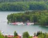 Widok na wody Zalewu Solińskiego oraz cumujące żaglówki - to jezioro przyciąga każdego turystę i my włączyliśmy go do programu wycieczki jednodniowej Bieszczady w pigułce, czyli śladami filmu Wataha.