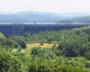 Zapora wodna w Solinie widziana z miejscowości Bóbrka - tę drogą przejeżdżamy kierując się na rejs statkiem oraz spacer z przewodnikiem po koronie zapory wodnej w Solinie na wycieczce jednodniowej Bieszczady w pigułce.