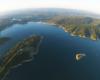 Zdjęcie z lotu paralotnią, a przedstawia po lewej cypel, na którym położone jest uzdrowisko Polańczyk, na środku Wyspa Mała zwana Zajęczą, po prawej półwysype na którym jest Hotel Rewita, wyżej góra Jawor, na środku zapora wodna w Solinie i początek Zalewu Myczkowieckiego - zapraszamy na wycieczkę jednodniową Bieszczady w pigułce.