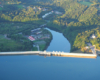 Zapora wodna w Solinie widziana od strony południowej podczas lotu paralotnią nad Bieszczadami - po zaporze wędrujemy z przewodnikiem, a po jeziorze pływamy na wycieczce jednodniowej Bieszczady w pigułce,.