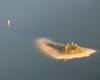 Wyspa Mała zwana Zajęczą sfotografowana przez nas podczas lotu na paralotni nad Zalewem Solińskim - obok wyspy przepływamy statkiem na wycieczce jednodniowej Bieszczady w pigułce, czyli śladami filmu Wataha.