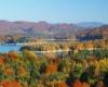 Czy ktoś z Was nie chciałby podziwiać takiego widoku na Zalew Soliński i góry jesienią - to zdjęcie wykonaliśmy z jednego z widokowych wzgórz w Polańczyku, przez który przejeżdżamy na wycieczce jednodniowej Bieszczady w pigułce, czyli śladami filmu Wataha.