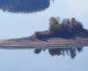 Wyspa Mała zwana Zajęczą widziana ze zboczy góry Jawor - obok tej wyspy przepływamy statkiem na wycieczce jednodniowej Bieszczady w pigułce, czyli śladami serialu kryminalnego Wataha.