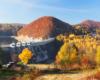 Kolory jesienią wokół zapory wodnej w Solinie - zapraszamy na wycieczkę jednodniową Bieszczady w pigułce, po której spacerujemy z przewodnikiem opowiadając różne ciekawostki oraz wspominając miejsca gdzie był kręcony film Wataha.