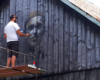 Arkadiusz Andrejkow malujący Tadeusza Góra na starej stodole przy drodze prowadzącej na szybowisko w Bezmiechowej - to najbardziej znany artysta w Bieszczadach młodego pokolenia wykonujący prace zwane deskalami.