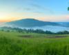 Serce Hotelu Solinianka otulone mgłami unoszącymi się nad wodami Zalewu Myczkowieckiego, a góruje nad nimi góra Koziniec.
