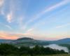 Kolory na bieszczadzkim niebie i ziemi po zachodzie słońca, a nad wodą zaczęły powstawać mgły...