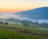 Widok z Soliny na Zalew Myczkowiecki i mgły powstałe po zachodzie słońca.