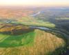 Widok na rzekę San, Lesko i Huzele z lotu paralotnią nad Postołowiem.