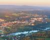 Miasto Lesko podziwiane z lotu paralotnią nad Bieszczadami rozpoczętym na lotnisku paralotniowym w Postołowiu.