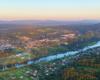Lesko w ostatnich promieniach słońca i rzeka San wijąca się przez całe Bieszczady.