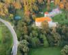 Zamek Kmitów w Lesku sięga swoimi początkami XVI wieku, a dziś jest to hotel w centrum Leska. Na zdjęciu również w dolnym prawym rogu scena = muszla koncertowa.
