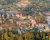 Centrum miasta Lesko z m.in. rynkiem i najstarszym kościołem w Bieszczadach.