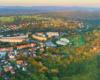 Powyżej starówki Leska zostało wybudowane osiedle mieszkaniowe Smolki, a obok przebiega droga prowadząca do Olszanicy i Ustrzyk Dolnych, czyli w głąb Bieszczad.