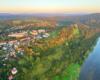 Widok na część Leska i rzekę San przebiegającą u podnóża starówki, a widok aż po bieszczadzkie połoniny.