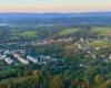Zdjęcie nowej części miasta Lesko podczas lotu paralotnią nad Bieszczadami.
