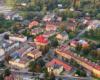 Rynek, kościół, najstarsza synagoga w Bieszczadach podziwiane z lotu paralotnią nad Bieszczadami.