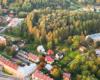Tuż obok najstarszej synagogi w Bieszczadach, która jest w Lesku znajduje się góra z największym w Polsce kirkutem - cmentarzem żydowskim, na którym są jedne z najstarszych macew w Polsce - to atrakcja warta zwiedzania w Bieszczadach.