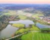 Zdjęcie stawów zakładanych przez Ossolińskich w XIX wieku oraz pierwsza farma fotowoltaiczna w Województwie Podkarpackim, która znajduje się na obrzeżach miasta Lesko.