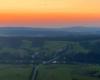 Paralotniarz latający nad startowiskiem paralotniowym w Postołowiu, na ziemi należącej do Powiatu Leskiego, skąd paralotniarze startują latając po niemal całych Bieszczadach.