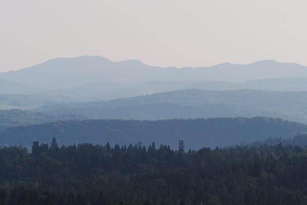 Kształty gór w Bieszczadach podziwiane ze zboczych góry Kamionka, czyli z szybowiska w Bezmiechowej.