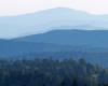 Na horyzoncie góra Smerek 1222m w paśmie Połoniny Wetlińskiej - zdjęcie zrobiliśmy na zboczach szybowiska w Bezmiechowej.