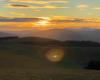Wschód słońca w paśmie góry Rzepedka na pograniczu Bieszczad i Beskidu Niskiego - to atrakcyjne miejsce w Województwie Podkarpackim nazywane połoninami pogórzańskimi i pomysł na piękne wycieczki jednodniowe.