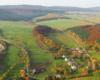 Część terenów stadniny koni Tarpan i miejscowości Wysoczan - zdjęcie wykonane z paralotni.