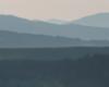 Kształty gór podziwiane na pograniczu Bieszczad i Beskidu Niskiego podziwiane o świcie podczas lotu na paralotni.