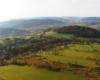 Widok na miejscowość Kulaszne podziwianą z lotu paralotnią nad Bieszczadami od strony Wysoczan.