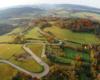 Większość osób jadących od Sanoka i Zagórza w stronę Komańczy wybiera drogę przebiegającą przez serpentyny w Kulasznem - zdjęcie z lotu paralotnią nad Bieszczadami.