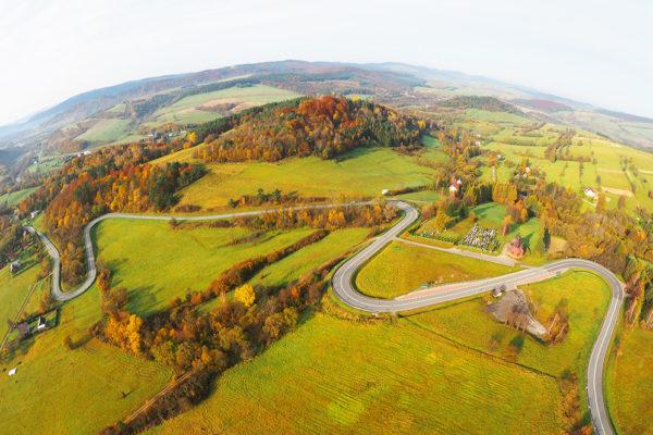 Serpentyny w Kulasznem sfotografowane podczas lotu paralotnią na pograniczu Bieszczad i Beskidu Niskiego