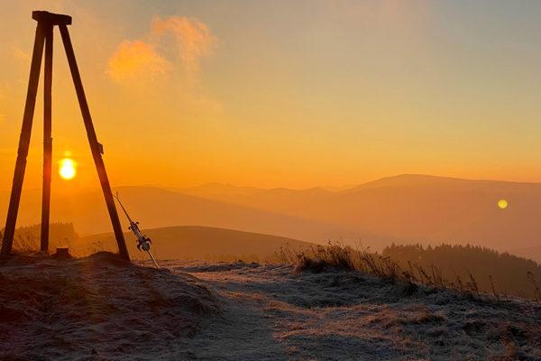 Wschód słońca nad Bieszczadami podziwiany z Beskidu Niskiego i SnowGliding