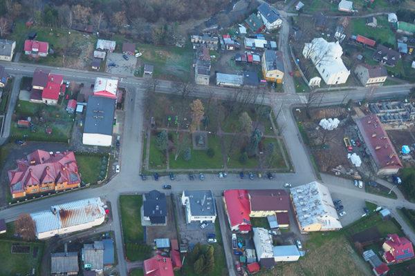 BALIGRÓD - pięknie położone dawne miasteczko sfotografowane podczas lotu paralotnią nad Bieszczadami