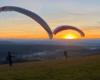 Paralotnie o zachodzie słońca na szybowisku w Bezmiechowej z niepowtarzalnym wydokiem na całe Bieszczady - to atrakcja i miejsce często odwiedzana podczas organizowanych we własnym zakresie wycieczkach jednodniowych po Województwie Podkarpackim.